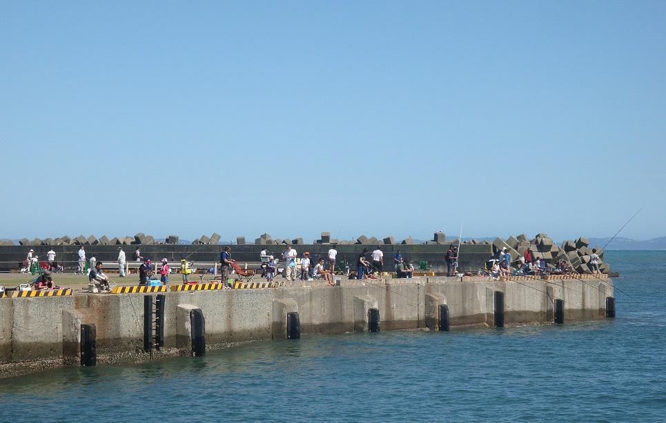 釣り客でにぎわう大磯港堤防